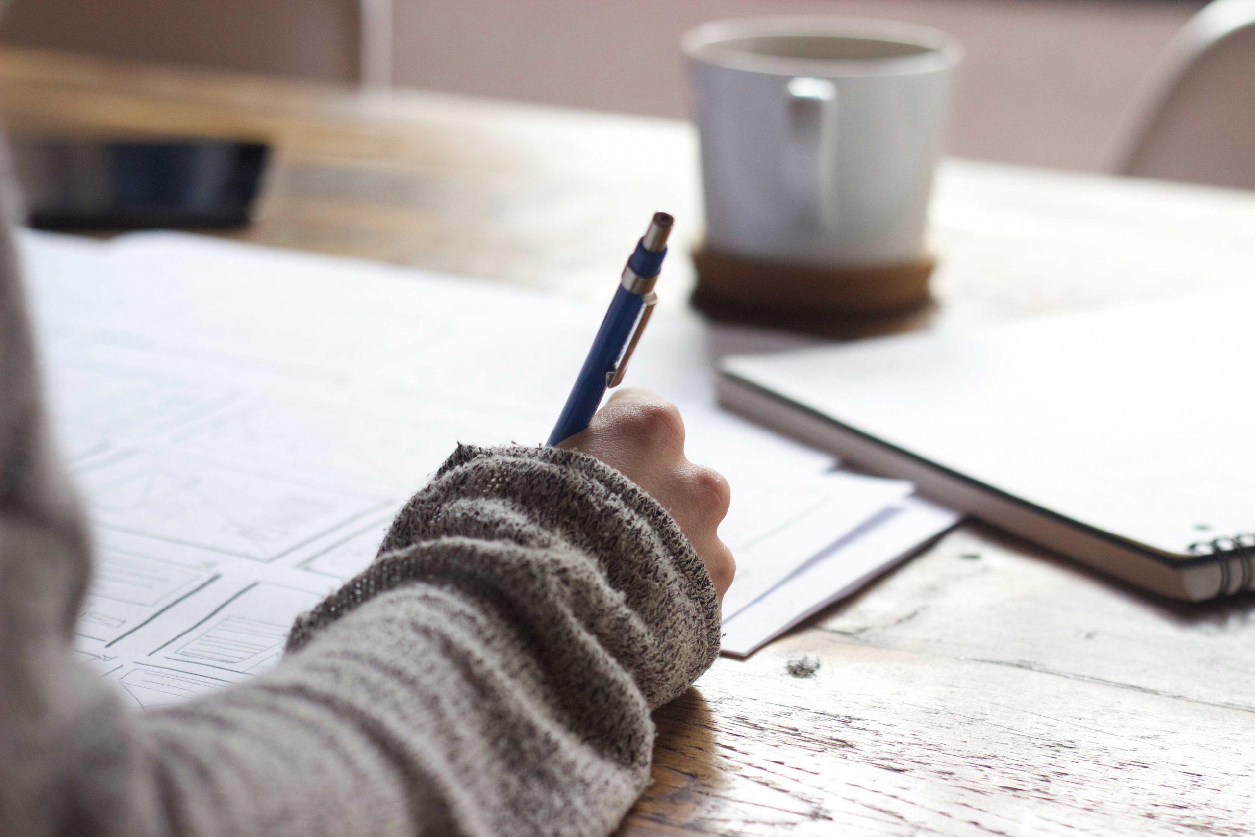 Femme notant des informations sur un carnet